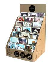 תמונה של סטנד גלויות שולחני מדורג ל- 21 גלויות, קרטון BC חום מיתוג בהדפסת UV ישירה